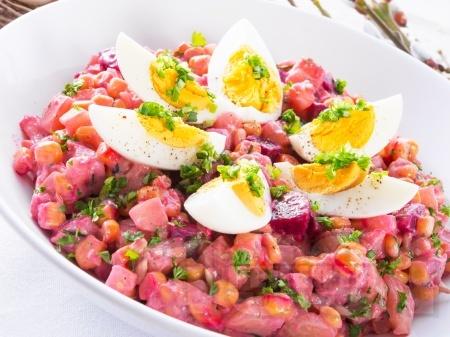 Богата салата с картофи, цвекло, грах, моркови и яйца - снимка на рецептата